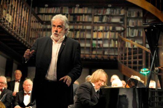Bariton-operazzanger John Bröcheler optredend in de bibliotheek Wittem