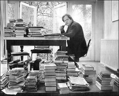 Michaël Zeeman aan het werk in Leeuwarden tussen de boeken.