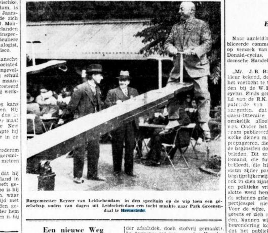 Burgemeester Keyzer van Leidschendam in de speeltuin op de wip toen een gezelschap van ouden van dagen uit zijn gemeente een bezoek bracht aan Park Groenendaal in Heemstede (Bataviaasch Nieuwsblad, 25 juli 1934)