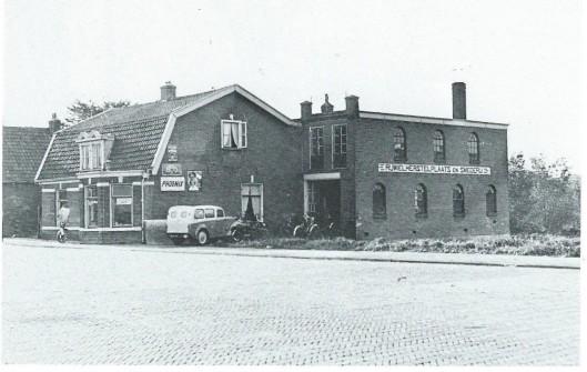 Foto uit omstreeks 1940 met de rijwielherstellingsplaats en smederij van Wildschut waar na afbraak de kleine winkelgalerij is gebouwd.