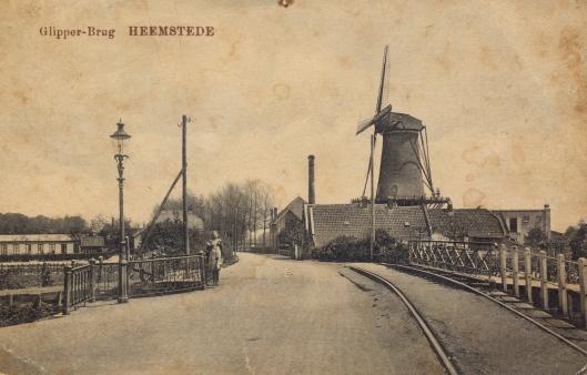 Oude prentbriefkaart van de Glipperbrug met zicht op molen de Nachtegaal