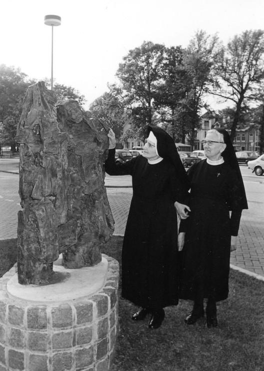 Twee Zusters bij het beeld van twee zusters door Kees Verkade, tegenwoordig geplaatst voor het Spaarne Ziekenhuis in Hoofddorp