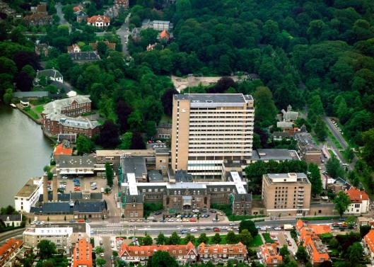 Luchtfoto van Mariastichting en links aan het Spaarne Sparenhout, circa 2004