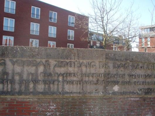 Deel van het monument op de huidige plaats met tekst van Joost van den Vondel: 'Des 's nachts verdubbelen en versummen [=verergeren] de zorgen. De avondzon  verlengt de zwarte schimmen'