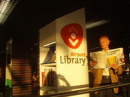 Hans Krol leest/bekijkt Andries Copier in de airport library op Schiphol (2 augustus 2013)