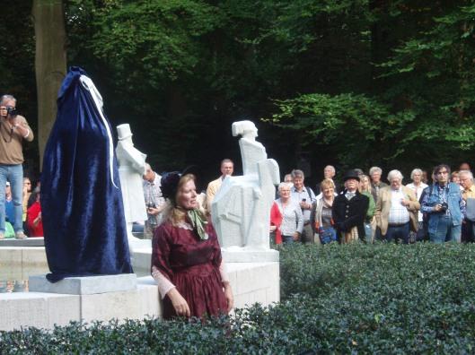 Op zaterdag 13 september 2014 bij de 200ste geboortedag van Nicolaas Beets vond voor de derde maal een onthulling plaats van het vernieuwde Hildebrand-monument in de Haarlemmerhout. Ellen Wolff onthulde de beelden