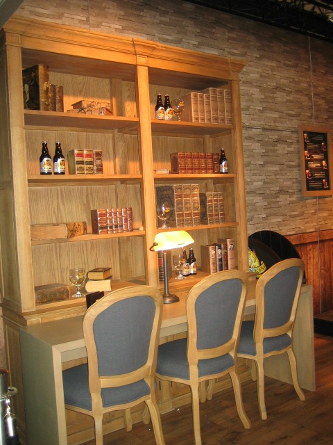 Tijdens de Antwerpse boekenbeurs combineert brouwerij Grimbergen bier met antieke boeken.