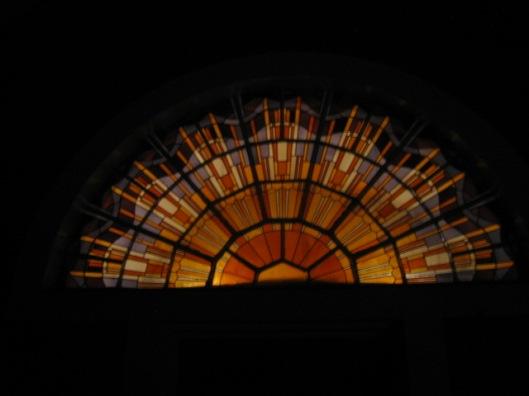 Glas in lood-raam achterzijde aula begraafplaats Heemstede. In avonduur genomen foto