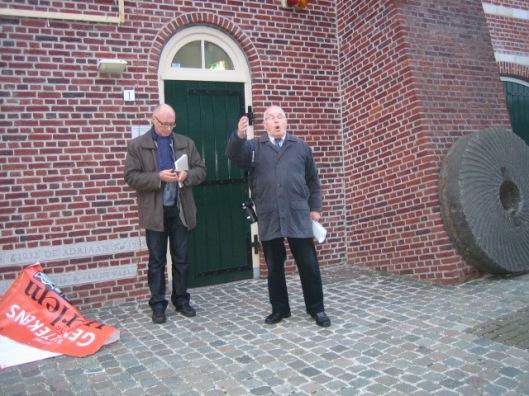 Na de onthulling met links initiatiefnemer van de gevelsteen Martin Busker en rechts Henk Vijn (80), initiatiefnemer van herbouw molen de Adriaen