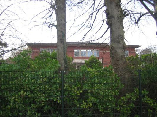 In 1920 is in het laagland bedoeld als gastenverblijf van Dennenheuvel het buitenhuis Bloemenoord gebouwd, Kadijk 28, met een tuinaanleg van L.A.Springer in 1925. Na het overlijden van Hans Rhodius is het fraaie buiten door de erven verkocht aan projectontwikkelaar J.van Vlijmen. Die veranderde het fraaie pand ten gunste van protserige nieuwbouw als woonhuis annex kantoor. Op het door hoge hekken omgeven terrein bevinden zich o.a. een historisch houten vinkenhuisje en twee graven van paarden. [Zie aparte bijdrage over o.a. Dennenheuvel en Bloemenoord].