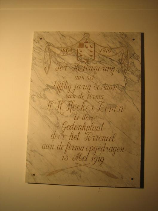Bij het 50-jarig bestaan van de maalderij Höcker (1869-1919) is deze stenen plaquette in de toen nieuwe meelfabriek geplaatst