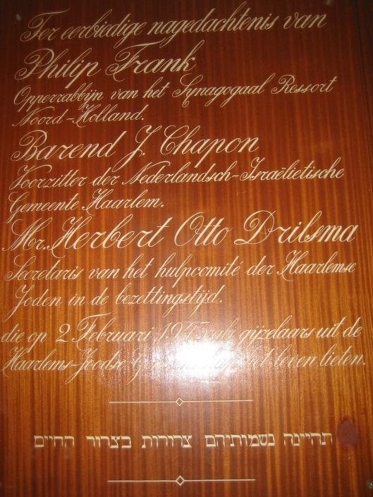 Houten gedenkbord afkomsrig uit de Joodse synagoge aan het Kenaupark in 2015 meeverhuisde naar de synagoge te Heemstede. Ook de glas in lood ramen verhuisden mee [zie onder bijdrage over glas in lood ramen Heemstede]