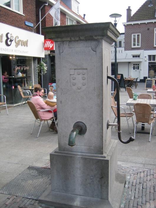 Begin 2015 is de dorpspomp getransporteerd naar ingenieursbureau Fehres aan de Nijverheidsweg in Heemstede en had daar een technische renovatie plaats. Intussen is de pomp op het pleintje in de Raadhuisstraat herplaatst en wordt deze van de zomer aangesloten op de waterleiding (24 maart 2015).