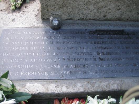 Een deel; van de in mei 2015 nieuw geplaatste namenplaquette aan de voet van het monument voor de gevallenen in Heemtede.