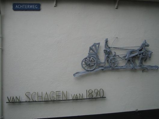 Aanbouw met galerij door architect Van Dam voor Van Schagen aan de Achterweg waar tegenwoordig een klein vervoersmuseum van Van Schagen van 1890 is gehuisvest.