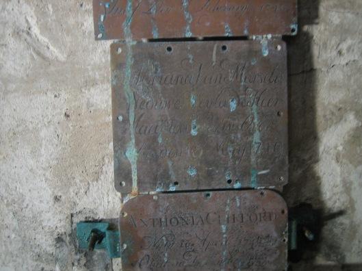 Naamschildje van doodskist Adriana van Marcelis (1749) in grafkelder Pauw Oude Kerk Heemstede