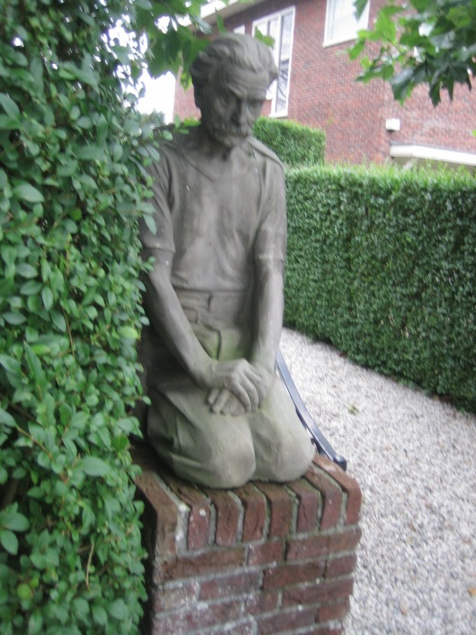 Het linker beeld van Dirk Wolbers aan de Bronsteeweg in Heemstede