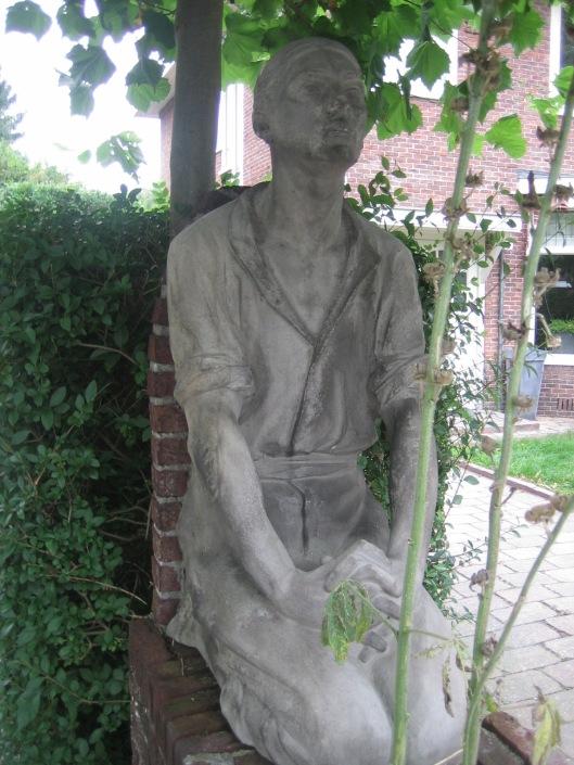 En het rechter beeld van een arbeider [kleimodel van bronzen beeld op graf A.S.Talma in Bennebroek] aan de Bronsteeweg in Heemstede