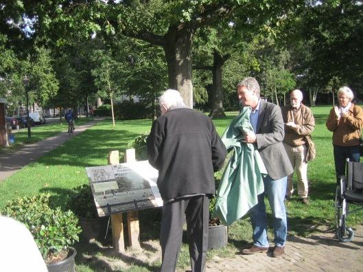 Op vrijdag 25 september onthulde 95-jarige dr.Dirk Bloemers, oud-gynaecoloog in het Elizabeth's Gasthuis, vroeger woonachtig in het 19e eeuwse huis 'Klein Genoegen' aan de Kliene Houtweg, tegenwoordig wonend in Heemstede, een plaquette in het Frederikspark. Bij die gelegenheid nam hij afscheid als voorzitter van de stichting 'Redt het Frederikspark'.