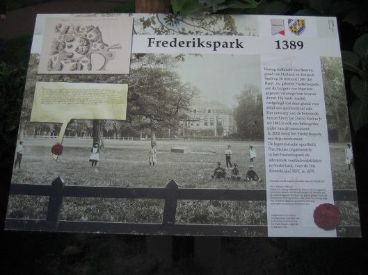 De onthulde plaquette in Frederikspark, 25-9-2015, waarop vermeld dat hertog Albrecht van Beieren in 989 als dank voor de goede diensten door Haarlem aan hem bewezen, de Baan aan de stad schenkt om ten eeuwigen dage tot speelveld voor de Haarlemse burgerij te dienen.
