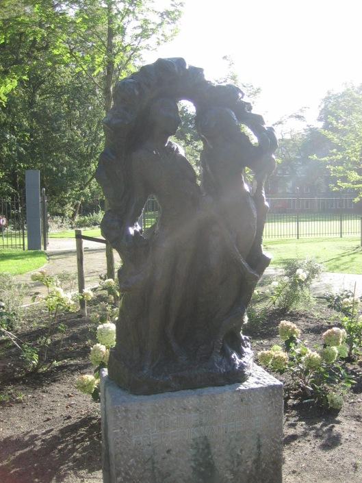 Beeld van 'de kleine Johannes'(Frederik van Eeden) in het Frederikspark, in 1963 vervaardigd door de Haarlemse beeldhouwer Mari Andriessen.