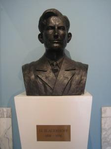 Van de Friese dichter en schrijver J.J.Slauerhoff is een borstbeeld geplaatst in boekhandel Van der Velde in Leewarden