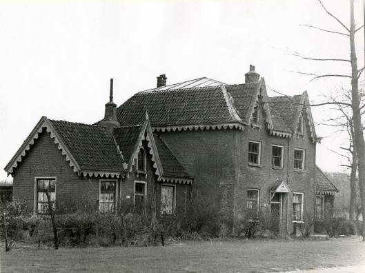 'Eensgezind' lag aan de oostzijde van de Glipperweg tussen de Glip en 'Dageraad' bij Bennebroek,. De naam geeft aan dat er bij het wonen met een zestal families onder één dak zeker sprake moet zijn geweest van saamhorigheid. Het middengedeelte van het pand werd bewoond door twee gezinnen beneden en twee boven en in elk van de twee zijhuisjes woonde ook een gezin. Hier woonde in de jaren 20 de familie Van Rijn, bijnenaamd 'de koekoek', met zeven personen, die hier ruim 60 jaar woonden. Verder de familie Meursen met negen personen, G.J.Schoone jr. met 9 personen, familie Deen met 4 personen, G.J.Schoone sr. met 2 personen en de familie Tempelman met 7 personen. 'Eensgezind' is in 1962 afgebroken. Vlakbij bevond zich het pand 'Klein Eensgezind',met in 1926 bewoond door twee families, Meursen en Smit, met respectievelijk negen en zeven personen. Bij de komst van de elektrische tram, die de stoomtram verving, in 1932 werd 'Klein Eensgezind' afgebroken.