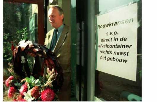 De heer L.P.Dorenbos, voorzitter van 'Schreeuw om Leven' wil een niet gewenste rouwkrans aan.