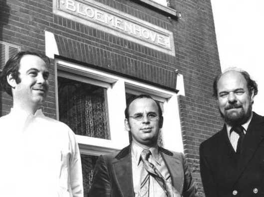 Staande voor de Bloemenhovekliniek in Heemstede. V.l.n.r.: de arts A.van den Bergh, raadsman mr.L.Laus en directeur F. Kause