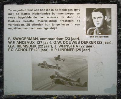 Gedenkmonument voor Anceaux en 5 andere omgekomen vliegers aan de noordzijde van de Moerdijkbrug op parkeerplaats de Zuidpunt bij de A-16 Rotterdam-Breda,