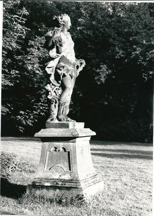 Beeld van Ariadne op piëdestal, vervaardigd door Jan van Logteren (foto Vic Klep)