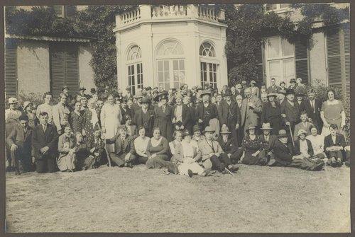 Dezelfde Blindenvereniging poseert bij Meer en Berg, alwaar men die dag in 1920 vrije toegang had (foto Stadsarchief Amsterdam)