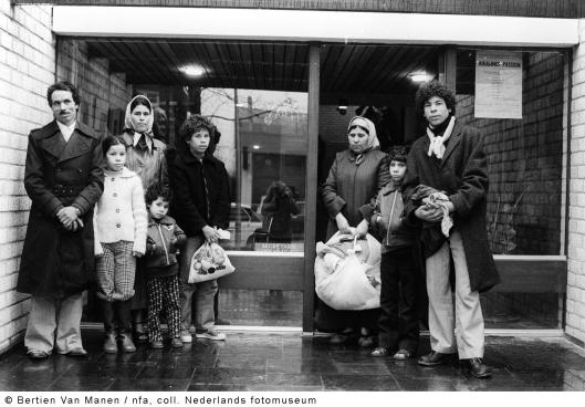 Op straat gezet Marokkaans gezin voor het nog niet geopende gemeentehuis in Bennebroek, 1979 (foto Bertien van Manen)