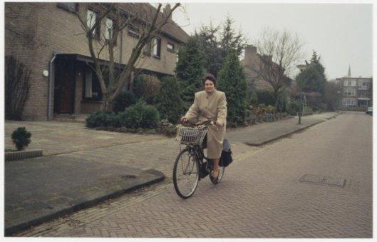 Burgemeester mevrouw C.Dalhuizen-Polano op de fiets in Bennebroek, 1996 (foto Tob Hendriks, NHA)