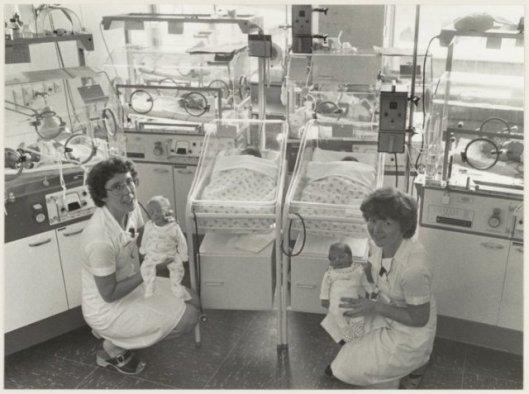 Babyafdeling met verpleegkundigen, links zr. Divendal en rechts zr. Van der Horst, 1918 (NHA)