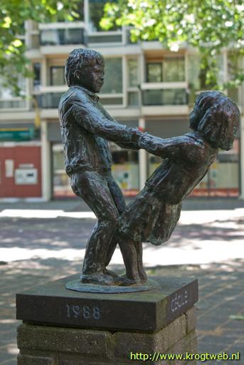 Sculptuut 'De Balans' van twee kinderen voor de Heemsteedse Apotheek, in 1988 vervaardigd in opdracht van toenmalige apotheker door Ellen Wolff (foto René en Pater van der Krogt)