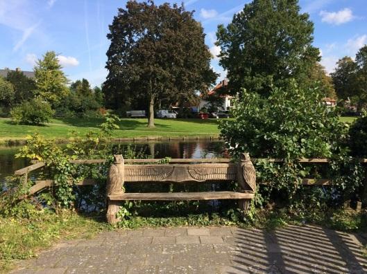 Deze 'monumentale' uit hout gesneden zitbank met aan beide zijden een bosuil staat achter molentje van Groenendaal met aan de achterzijde zicht op de Herfstlaan (foto Ellen Toledo)