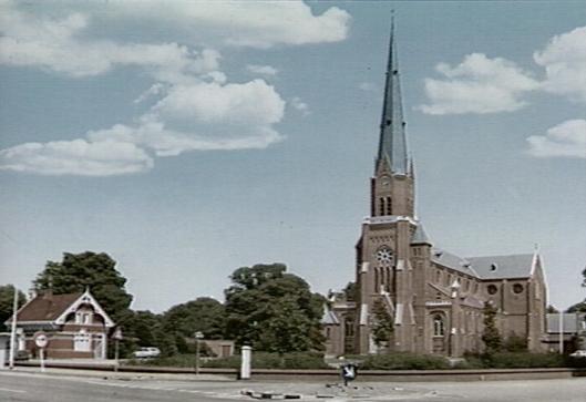 H.Bavokerk op de hoek van de Herenweg en Kerklaan in Heemstede. Rechts daarvan de pastorie. Links het huidige EHBO-gebouwtje.