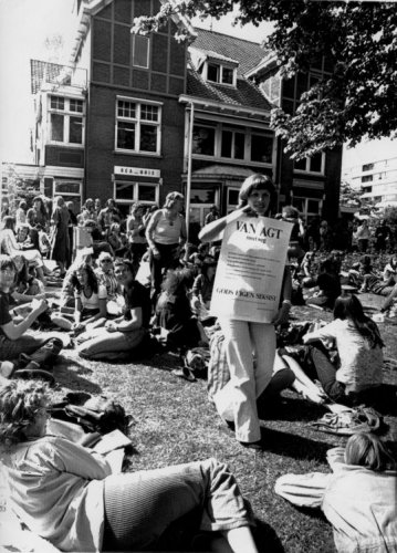 Protestactie bij de Bloemenhovekliniek tegen dreigende sluiting door minister van Justitie Dries van Agt in 1976.