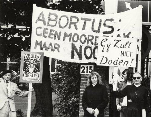 Pater Koopman (met zonnebril) protesteert met medestanders tegen de abortuskliniek Beahuis/Bloemenhovekliniek in Heemstede