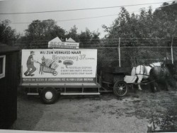 Reclamebord achter pony's van Wijers in verband met verhuizing van stoffenzaak Beck naar Binnenweg 37