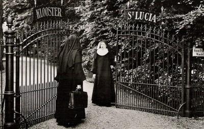 De zusters Franciscessen van Bennebroek bij de poort