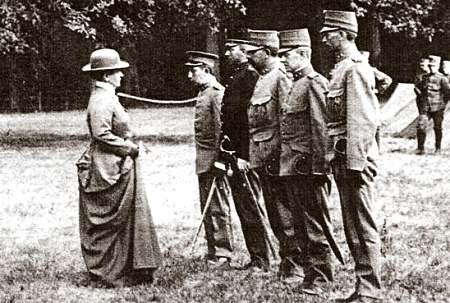 Koningin Wilhelmina inspecteert tijdens WO I, in de mobilisatietijd, het instructiebataljon soldaten gelegerd op het terrein van Huis te Bennebroek, 11 augustus 1916