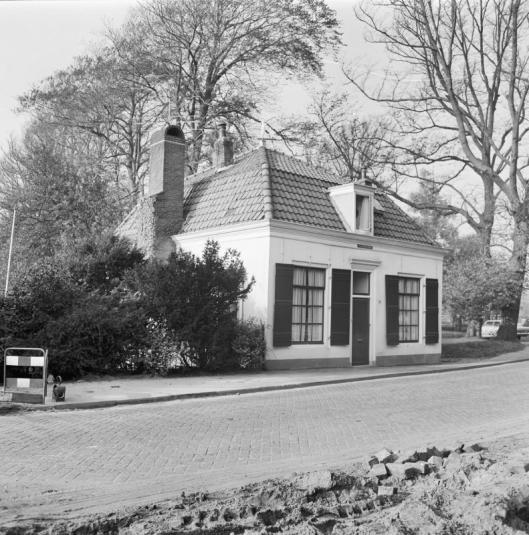 Het Jagershuis tegenover het Huis te Bennebroek aan de Binnenweg. Het historische gebouwtje moest wijken voor nieuwbouw (foto G.J.Dukker, 1968)