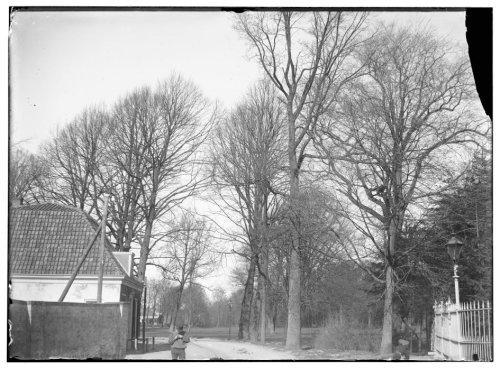 Binnenweg met vm. Jagershuis nabij de Hervormde Kerk met op de voorgrond Jan Olie. Foto door Jacob Olie uit 1892 (Beeldbank Stadsarchief Amsterdam).