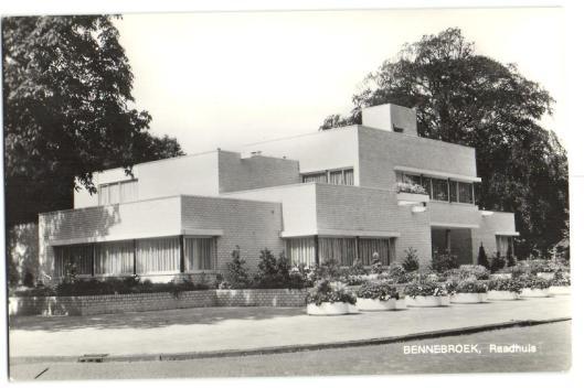 Het raadhuis van Bennebroek, ontworpen door architect Van Wensveen