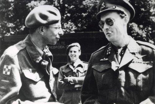 Filmregisseur Gerard Rutten maakte in samenwerking met prins Bernhard een reportage met als onderwerp 'de prins na i jaar in bevrijd gebied. Op de achtergrond tramhalte in Bennebroek. Foto uit 1946