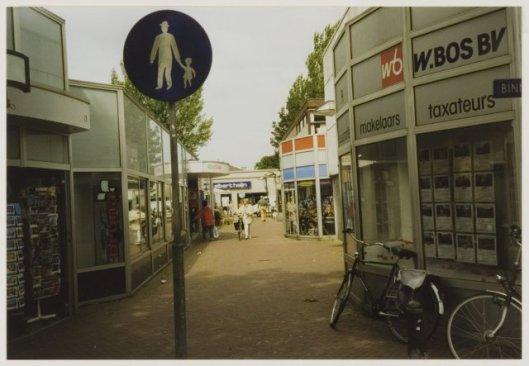 Binnendoor vanaf de Binnenweg. Links boekhandel Bruna en rechts W.Bos makelaardij