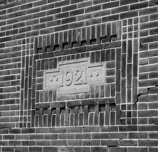 Jaarsteen 1921 aan zuidzijde van pand Binnenweg 1c