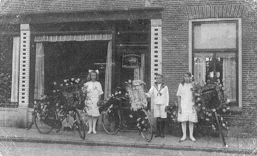 Bloemenwinkel H.Ruijsenaars, Binnenweg 4. Foto genomen op Koningnnedag 31 augustus 1921. Naast de bloemenzaal was op 6 drogisterij Van Lent gevestigd